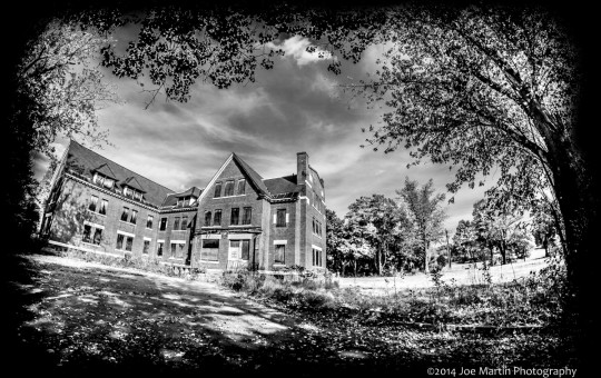 Black and white photo of an abandon building